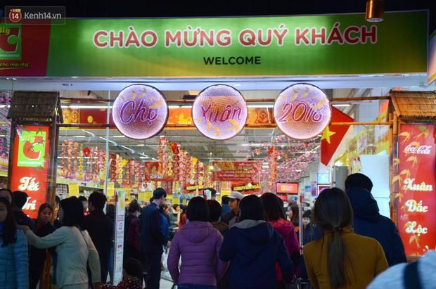 Chùm ảnh: Những ngày cận tết, người dân Hà Nội chen chân trong siêu thị để mua sắm - Ảnh 1.