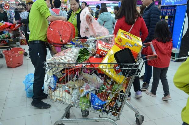 Chùm ảnh: Những ngày cận tết, người dân Hà Nội chen chân trong siêu thị để mua sắm - Ảnh 6.