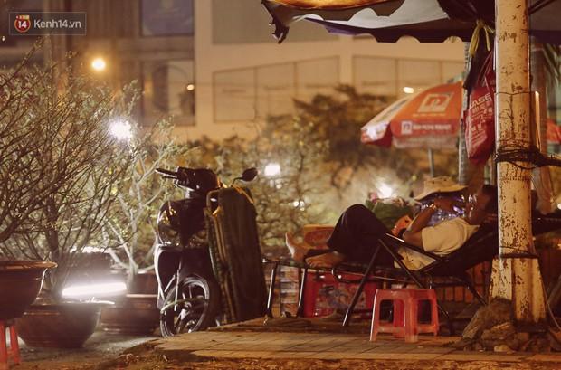 Chùm ảnh: Sợ mất trộm, nhiều gia đình tiểu thương dựng lều mắc võng, thay phiên nhau thức đêm để canh hoa Tết - Ảnh 2.