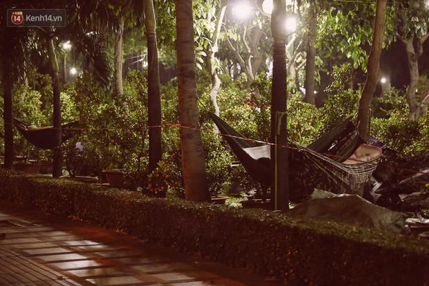 Chùm ảnh: Sợ mất trộm, nhiều gia đình tiểu thương dựng lều mắc võng, thay phiên nhau thức đêm để canh hoa Tết - Ảnh 9.