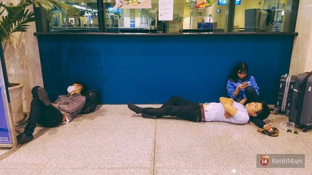 Khổ như đi máy bay Tết: Hành khách nằm la liệt dưới sàn sân bay Tân Sơn Nhất suốt cả đêm để chờ đến giờ check in - Ảnh 8.