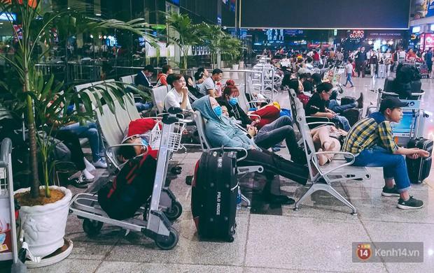 Khổ như đi máy bay Tết: Hành khách nằm la liệt dưới sàn sân bay Tân Sơn Nhất suốt cả đêm để chờ đến giờ check in - Ảnh 5.