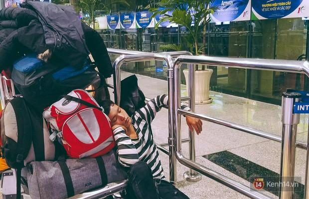 Khổ như đi máy bay Tết: Hành khách nằm la liệt dưới sàn sân bay Tân Sơn Nhất suốt cả đêm để chờ đến giờ check in - Ảnh 7.