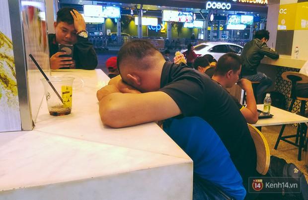 Khổ như đi máy bay Tết: Hành khách nằm la liệt dưới sàn sân bay Tân Sơn Nhất suốt cả đêm để chờ đến giờ check in - Ảnh 10.