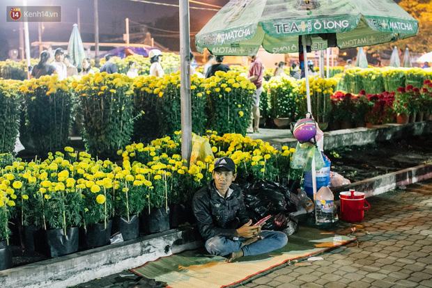 Chùm ảnh: Sợ mất trộm, nhiều gia đình tiểu thương dựng lều mắc võng, thay phiên nhau thức đêm để canh hoa Tết - Ảnh 13.