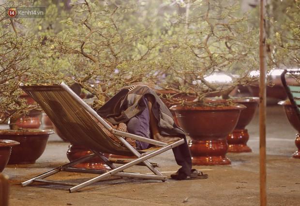 Chùm ảnh: Sợ mất trộm, nhiều gia đình tiểu thương dựng lều mắc võng, thay phiên nhau thức đêm để canh hoa Tết - Ảnh 4.