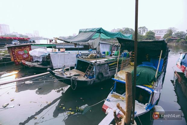Tết bình dị của người dân xóm chài lênh đênh giữa Sài Gòn: Mâm cỗ đơn giản chỉ với mấy con cá khô - Ảnh 1.