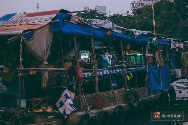 Tết bình dị của người dân xóm chài lênh đênh giữa Sài Gòn: Mâm cỗ đơn giản chỉ với mấy con cá khô - Ảnh 11.