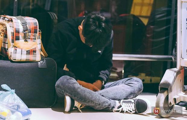 Khổ như đi máy bay Tết: Hành khách nằm la liệt dưới sàn sân bay Tân Sơn Nhất suốt cả đêm để chờ đến giờ check in - Ảnh 17.