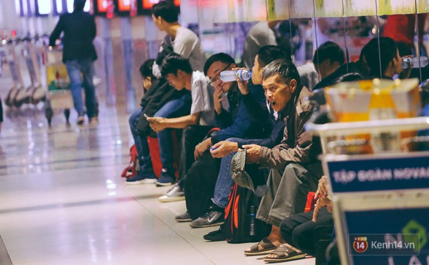 Khổ như đi máy bay Tết: Hành khách nằm la liệt dưới sàn sân bay Tân Sơn Nhất suốt cả đêm để chờ đến giờ check in - Ảnh 1.