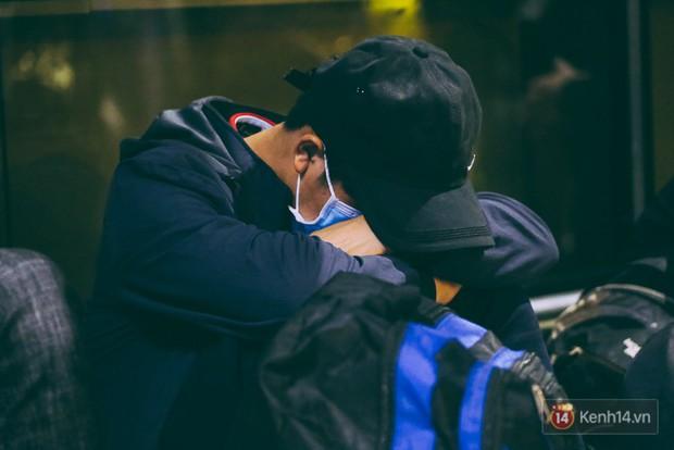 Khổ như đi máy bay Tết: Hành khách nằm la liệt dưới sàn sân bay Tân Sơn Nhất suốt cả đêm để chờ đến giờ check in - Ảnh 18.