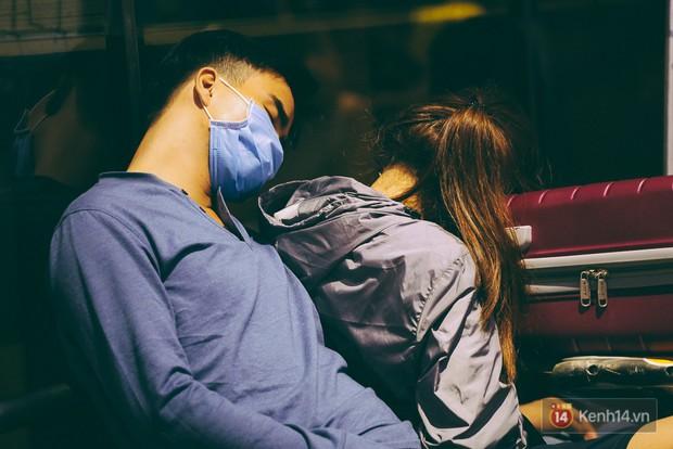 Khổ như đi máy bay Tết: Hành khách nằm la liệt dưới sàn sân bay Tân Sơn Nhất suốt cả đêm để chờ đến giờ check in - Ảnh 15.