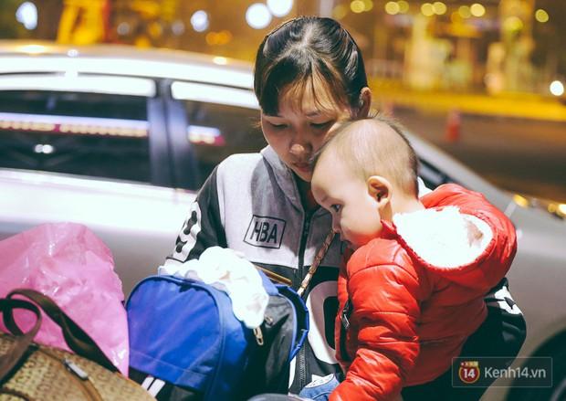 Khổ như đi máy bay Tết: Hành khách nằm la liệt dưới sàn sân bay Tân Sơn Nhất suốt cả đêm để chờ đến giờ check in - Ảnh 13.