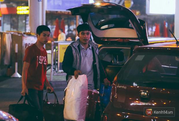 Khổ như đi máy bay Tết: Hành khách nằm la liệt dưới sàn sân bay Tân Sơn Nhất suốt cả đêm để chờ đến giờ check in - Ảnh 3.