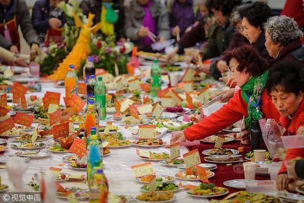 """Choáng: Bữa tiệc tất niên """"khổng lồ"""" với 13.200 món ăn đầy màu sắc chỉ nhìn thôi cũng đã đủ no - Ảnh 2."""