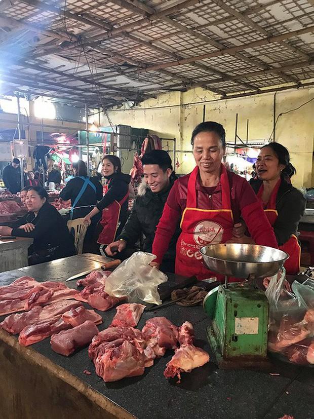 Chợ quê xôn xao khi trung vệ Tiến Dũng phụ mẹ bán thịt heo - Ảnh 2.