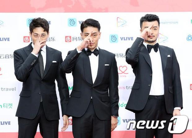 Thảm đỏ Gaon 2018: Sunmi gặp sự cố tại vùng nhạy cảm, Tzuyu và IU lột xác bất ngờ giữa dàn mỹ nhân đẹp lung linh - Ảnh 51.