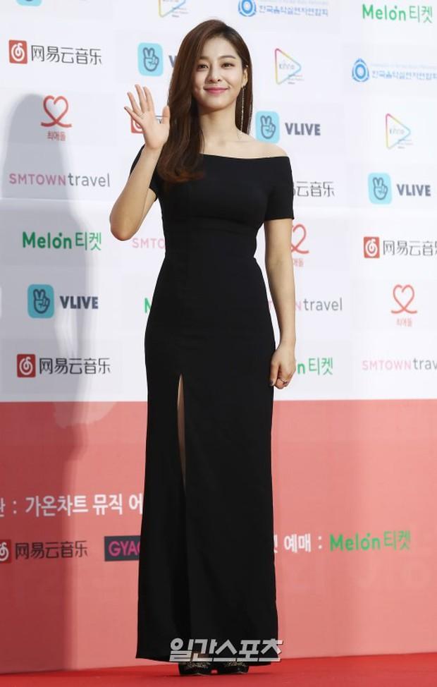Thảm đỏ Gaon 2018: Sunmi gặp sự cố tại vùng nhạy cảm, Tzuyu và IU lột xác bất ngờ giữa dàn mỹ nhân đẹp lung linh - Ảnh 33.
