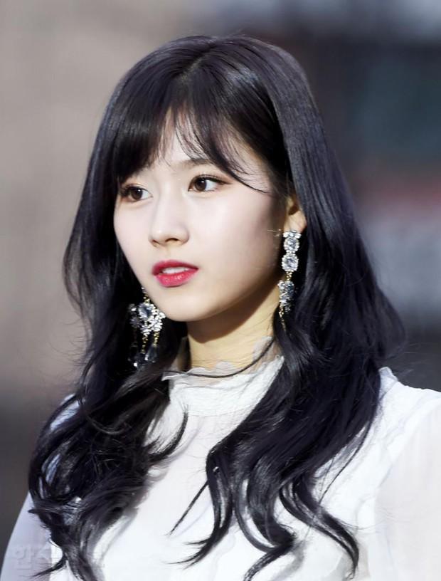 Thảm đỏ Gaon 2018: Sunmi gặp sự cố tại vùng nhạy cảm, Tzuyu và IU lột xác bất ngờ giữa dàn mỹ nhân đẹp lung linh - Ảnh 11.