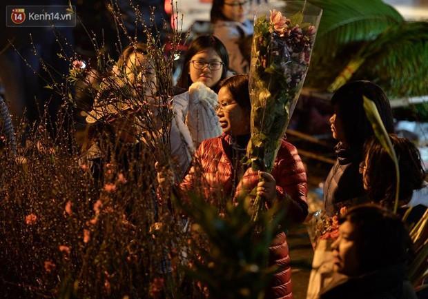 Chùm ảnh: Tấp nập chợ hoa Quảng An đêm trước giao thừa - Ảnh 2.
