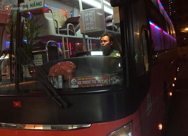 2 chuyến xe cuối cùng vừa rời khỏi bến xe Giáp Bát, đưa hành khách về với gia đình đón Giao thừa năm 2018 - Ảnh 4.