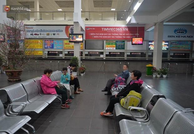2 chuyến xe cuối cùng vừa rời khỏi bến xe Giáp Bát, đưa hành khách về với gia đình đón Giao thừa năm 2018 - Ảnh 1.