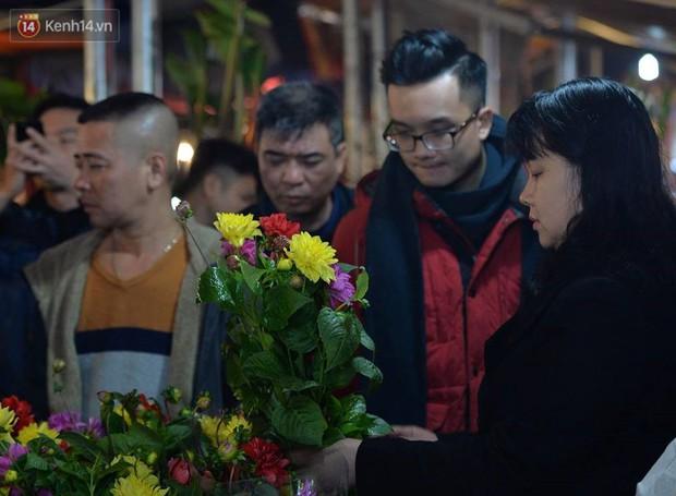 Chùm ảnh: Tấp nập chợ hoa Quảng An đêm trước giao thừa - Ảnh 4.
