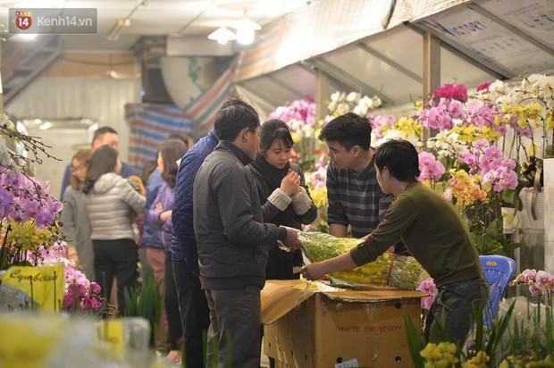 Chùm ảnh: Tấp nập chợ hoa Quảng An đêm trước giao thừa - Ảnh 8.