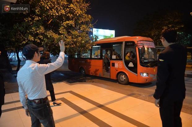 2 chuyến xe cuối cùng vừa rời khỏi bến xe Giáp Bát, đưa hành khách về với gia đình đón Giao thừa năm 2018 - Ảnh 3.
