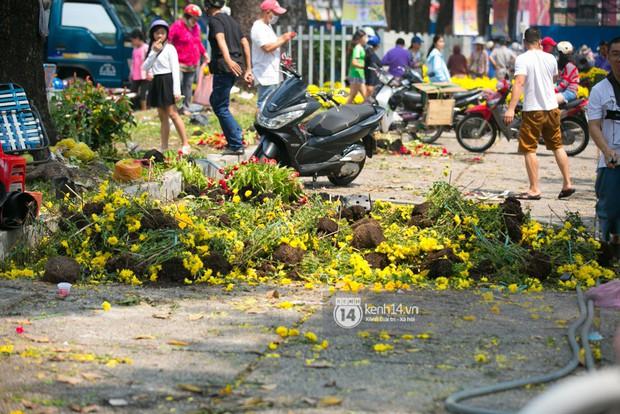 Sau khi tiểu thương tự tay đập chậu trưa 30 Tết, hàng chục người dân lao vào hôi hoa - Ảnh 8.