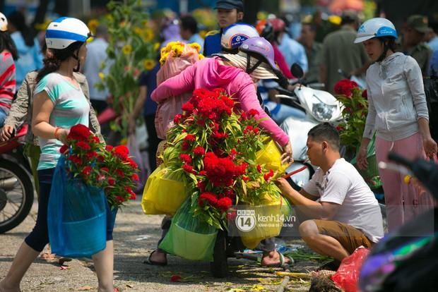 Sau khi tiểu thương tự tay đập chậu trưa 30 Tết, hàng chục người dân lao vào hôi hoa - Ảnh 9.