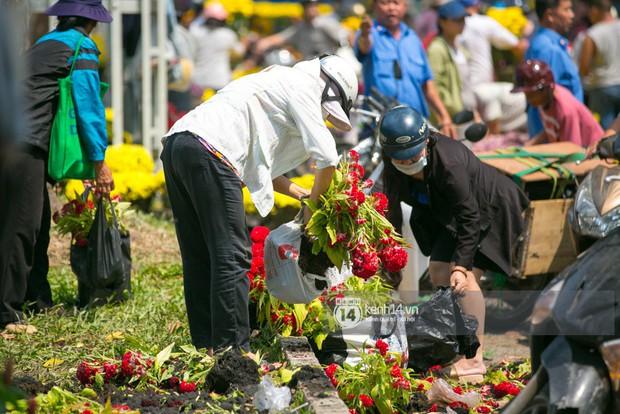 Sau khi tiểu thương tự tay đập chậu trưa 30 Tết, hàng chục người dân lao vào hôi hoa - Ảnh 13.