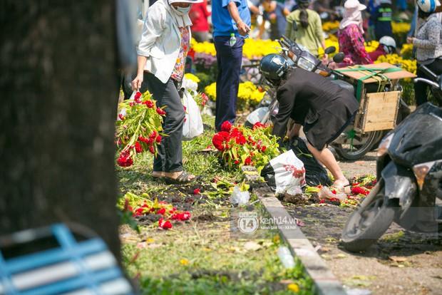 Sau khi tiểu thương tự tay đập chậu trưa 30 Tết, hàng chục người dân lao vào hôi hoa - Ảnh 14.