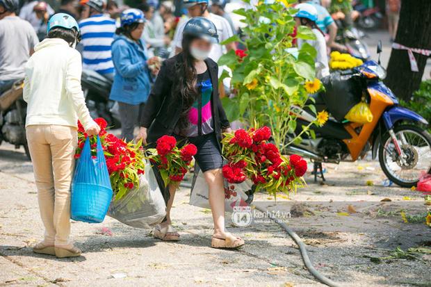 Sau khi tiểu thương tự tay đập chậu trưa 30 Tết, hàng chục người dân lao vào hôi hoa - Ảnh 15.