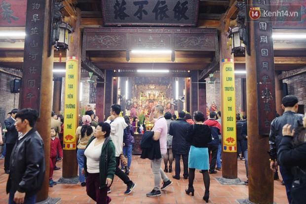 Sau thời khắc giao thừa Tết Mậu Tuất, người dân Thủ đô đi chùa, mua muối đầu năm lấy may mắn - Ảnh 16.