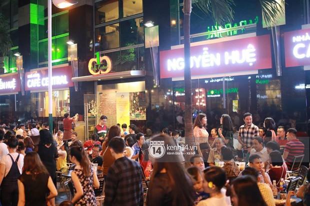 Sài Gòn tối mùng 1 Tết: Trẻ em thích thú cởi áo, nhảy vào đài phun nước đường hoa Nguyễn Huệ để nô đùa - Ảnh 9.