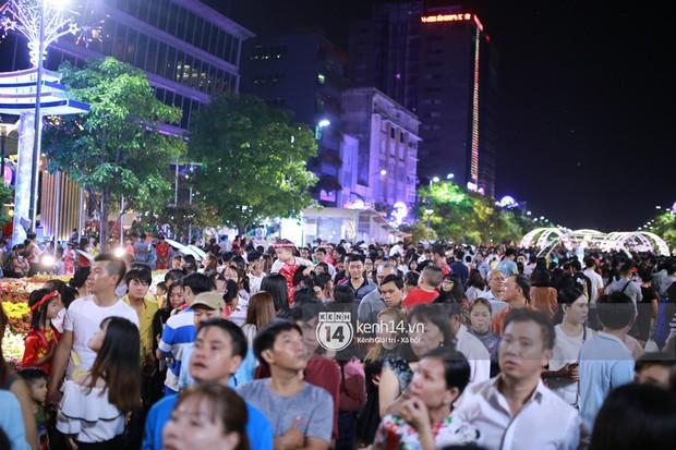 Sài Gòn tối mùng 1 Tết: Trẻ em thích thú cởi áo, nhảy vào đài phun nước đường hoa Nguyễn Huệ để nô đùa - Ảnh 2.