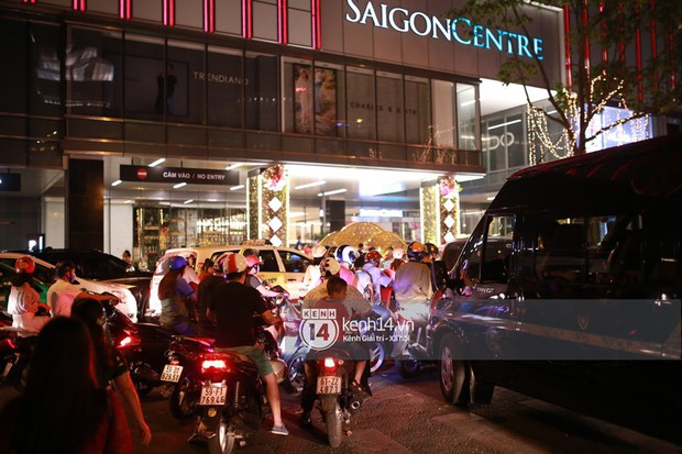 Sài Gòn tối mùng 1 Tết: Trẻ em thích thú cởi áo, nhảy vào đài phun nước đường hoa Nguyễn Huệ để nô đùa - Ảnh 7.