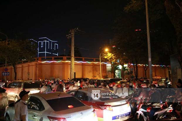 Sài Gòn tối mùng 1 Tết: Trẻ em thích thú cởi áo, nhảy vào đài phun nước đường hoa Nguyễn Huệ để nô đùa - Ảnh 3.