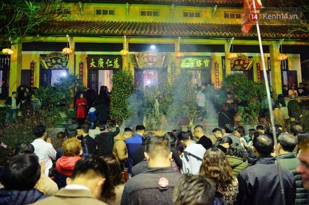 Sau thời khắc giao thừa Tết Mậu Tuất, người dân Thủ đô đi chùa, mua muối đầu năm lấy may mắn - Ảnh 18.