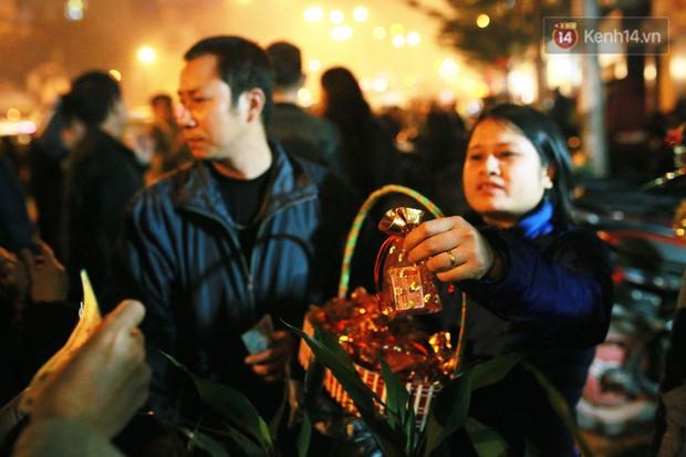Sau thời khắc giao thừa Tết Mậu Tuất, người dân Thủ đô đi chùa, mua muối đầu năm lấy may mắn - Ảnh 11.