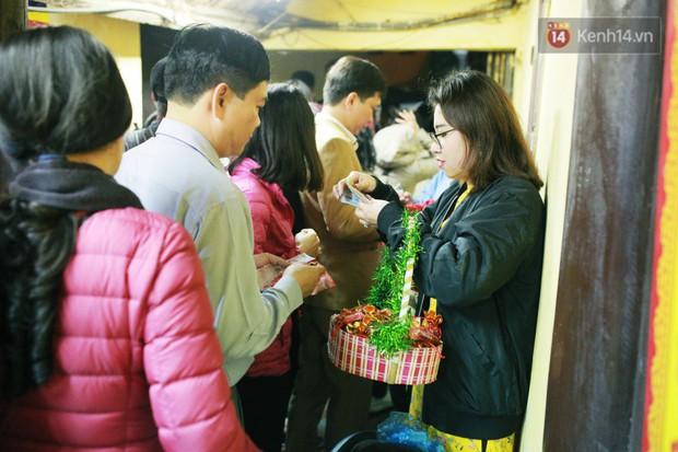 Sau thời khắc giao thừa Tết Mậu Tuất, người dân Thủ đô đi chùa, mua muối đầu năm lấy may mắn - Ảnh 12.