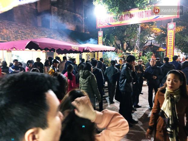 Sau thời khắc giao thừa Tết Mậu Tuất, người dân Thủ đô đi chùa, mua muối đầu năm lấy may mắn - Ảnh 3.
