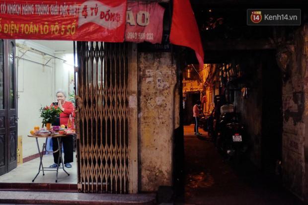 Sau thời khắc giao thừa Tết Mậu Tuất, người dân Thủ đô đi chùa, mua muối đầu năm lấy may mắn - Ảnh 7.