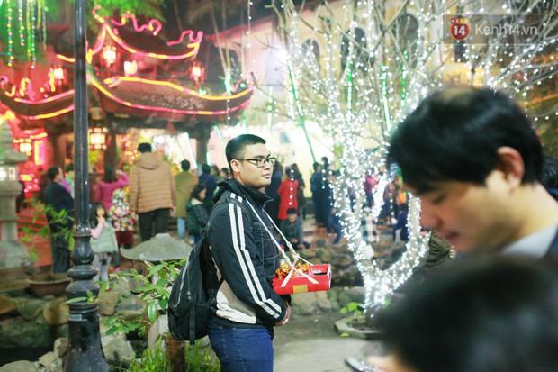 Sau thời khắc giao thừa Tết Mậu Tuất, người dân Thủ đô đi chùa, mua muối đầu năm lấy may mắn - Ảnh 14.