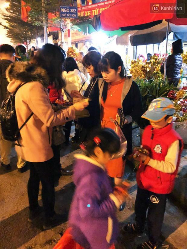 Sau thời khắc giao thừa Tết Mậu Tuất, người dân Thủ đô đi chùa, mua muối đầu năm lấy may mắn - Ảnh 10.