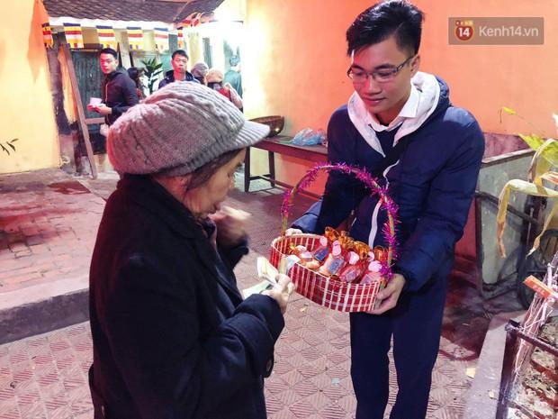 Sau thời khắc giao thừa Tết Mậu Tuất, người dân Thủ đô đi chùa, mua muối đầu năm lấy may mắn - Ảnh 8.