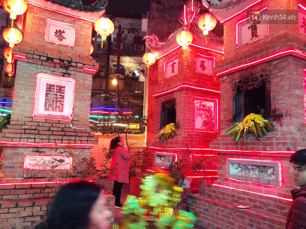Sau thời khắc giao thừa Tết Mậu Tuất, người dân Thủ đô đi chùa, mua muối đầu năm lấy may mắn - Ảnh 5.