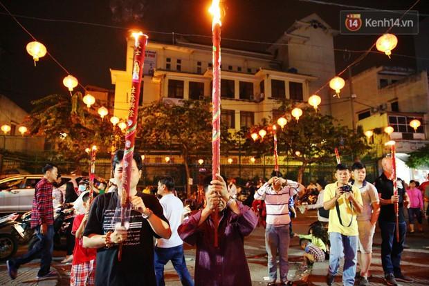 Chùm ảnh: Người Sài Gòn nườm nượp đi chùa cầu bình an ngày đầu năm mới Mậu Tuất 2018 - Ảnh 4.