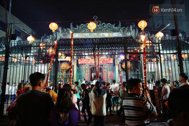 Chùm ảnh: Người Sài Gòn nườm nượp đi chùa cầu bình an ngày đầu năm mới Mậu Tuất 2018 - Ảnh 5.